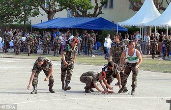 Żołnierze zbierają łuski po fatalnej serii z karabinu
