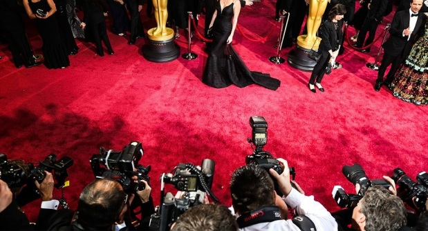 charlize-theron-oscars-red-carpet-photographers